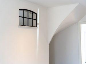weiße Wand mit Fenster